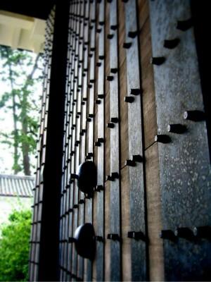 重い城門も愛の力ですんなりと開く