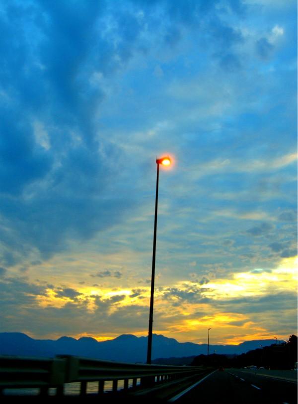 夕暮れに灯る西湘バイバスの光